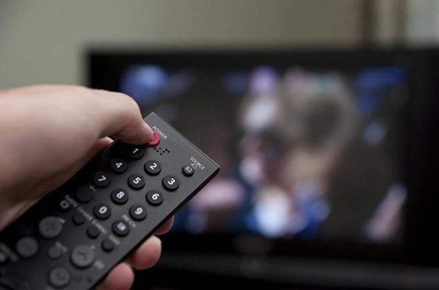 Thói quen tắt tivi bằng điều khiển cũng khiến tiêu tốn không ít điện nặng.